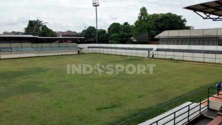 Penampakan tribun selatan yang dulunya tidak tersedia di Stadion Merpati. Sudah dilengkapi dengan barrier untuk mencegah bola keluar dari stadion.