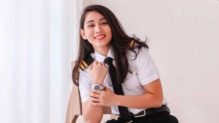 Pilot cantik bernama Athira Farina yang dijodohkan dengan anak Maia Estianty, El Rumi, ternyata hobi bersepeda. - INDOSPORT