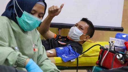 Bek Persija, Ismed Sofyan saat mengikuti acara donor darah bersama Jakmania di Jakarta. - INDOSPORT