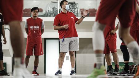 Pelatih asal Makedonia, Aleksandar Stefanovski saat memberikan instruksi dalam sesi latihan Bali United di Denpasar. - INDOSPORT