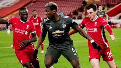 Indosport - Paul Pogba dari Manchester United bersaing dengan Sadio Mane dan Andrew Robertson dari Liverpool selama pertandingan Liga Premier antara Liverpool dan Manchester United di Anfield pada 17 Januari 2021