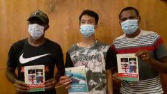 Indosport - Dua pemain pilar Persipura Jayapura, Boaz Solossa dan Yustinus Pae mencoba merintis pekerjaan sampingan mereka sebagai penulis.
