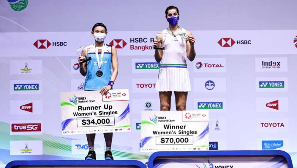 Carolina Marin (Kanan) asal Spanyol dan Tai Tzu Ying asal Taiwan berpose dengan medali usai pertandingan final Tunggal Putri, Yonex Thailand Open. Copyright: Shi Tang/Getty Images