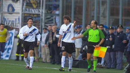 Striker legendaris Inter Milan, Christian Vieri, beraksi dalam pertandingan Serie A Italia kontra Perugia, 19 Januari 2003. - INDOSPORT