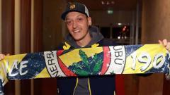 Indosport - Mezut Ozil membawa atribut Fenerbahce.