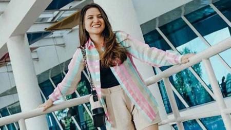 Aktris cantik nan terkenal, Marsha Aruan, memamerkan momen jogging atau jalan-jalan sore bersama anjing peliharaannya. - INDOSPORT