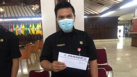 Surat Panser Biru yang sudah diterima pihak security Kantor Gubernur Jawa Tengah untuk kemudian diteruskan ke staf Tata Usaha. - INDOSPORT
