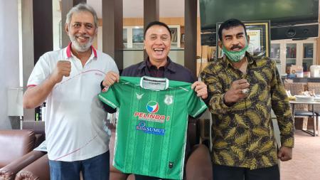 Ketum PSSI, Iwan Bule (tengah), saat bertemu CEO PSMS, Kodrat Shah (kiri) dan Sekum PSMS, Julius Raja (kanan), Selasa (19/1/21). - INDOSPORT