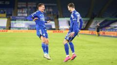 Indosport - Gelandang Leicester City, James Maddison merayakan golnya ke gawang Chelsea