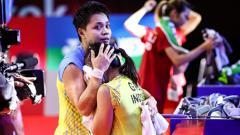 Indosport - Greysia Polii dipeluk Apriyani Rahayu saat menangis usai juara Thailand Open 2021.