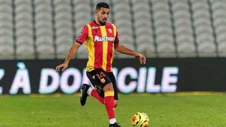 Facundo Medina, pemain RC Lens asal Argentina yang jadi incaran Manchester United di bursa transfer. - INDOSPORT