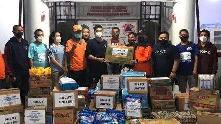 Perwakilan klub Liga 2 Sulut United memberikan bantuan kepada korban bencana alam di Provinsi Sulawesi Utara. - INDOSPORT