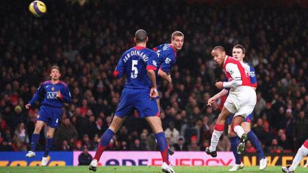 Striker legendaris Arsenal, Thierry Henry, menyundul bola dalam pertandingan Liga Inggris kontra Manchester United, 21 Januari 2007. - INDOSPORT