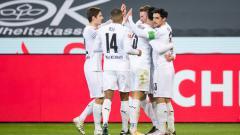 Indosport - Skuat Borussia Monchengladbach merayakan gol ke gawang Borussia Dortmund
