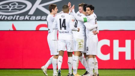 Skuat Borussia Monchengladbach merayakan gol ke gawang Borussia Dortmund - INDOSPORT