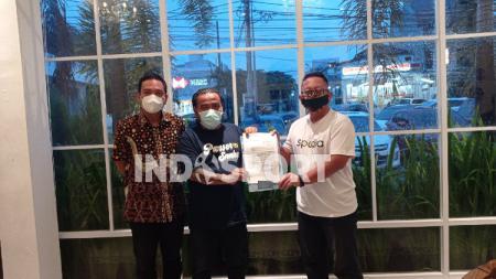 Kadisporapar Jateng, Sinoeng N. Rachmadi ketika menyerahkan surat izin pemakaian Jatidiri kepada perwakilan Panser Biru dan PSIS - INDOSPORT