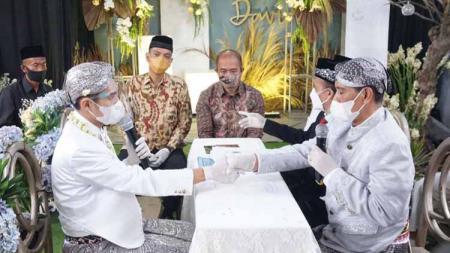 Gelandang PSIS Semarang, Septian David Maulana resmi menjadi seorang suami dari Indri Diah Kusuma setelah melangsungkan prosesi akad nikah pada Minggu (24/01/21). - INDOSPORT