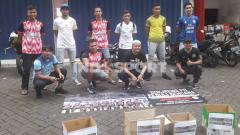 Indosport - Dokjreng FC menggalang dana bantuan bencana ke jalan.