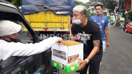 Pemain Arema, Kushedya Hari Yudo dan Jayus Hariono ikut aksi turun ke jalan dalam menggalang dana bantuan bencana di Malang, Minggu (24/01/21). - INDOSPORT