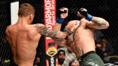 Indosport - Petarung UFC Dustin Poirier mengarahkan pukulan keras ke wajah Conor McGregor dalam pertarungan UFC Fight Island di Abu Dhabi, Uni Emirat Arab.