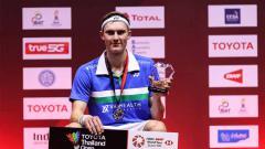 Indosport - Tunggal putra Denmark, Viktor Axelsen mencurahkan perasaannya usai merengkuh kemenangan di final Toyota Thailand Open 2021, Minggu (24/01/21).
