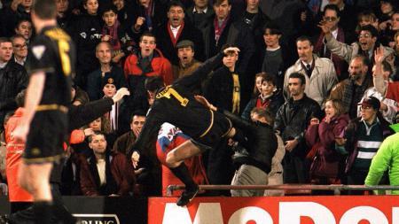 Striker legendaris Manchester United, Eric Cantona, melancarkan tendangan kungfu ke arah suporter Crystal Palace, 25 Januari 1995. - INDOSPORT