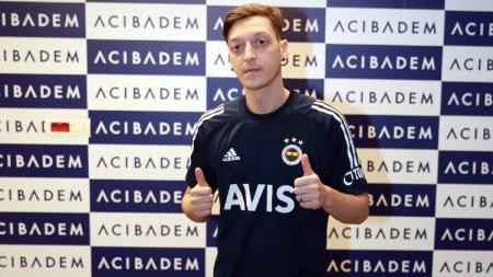 Mesut Ozil resmi meninggalkan Arsenal ke Fenerbahce pada Januari lalu. Namun, transfer impian itu kini berubah menjadi mimpi buruk penuh kontroversi. - INDOSPORT