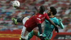 Indosport - Duel Paul Pogba dan Mohamed Salah di laga Piala FA MU vs Liverpool.