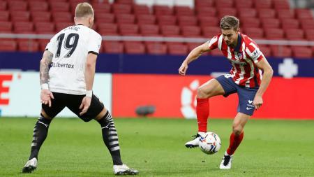 Duel Marcos Llorente dengan Uros Racic di laga Atletico Madrid vs Valencia - INDOSPORT