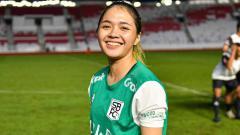 Indosport - Berpose tengah menekuk lutut, pesepakbola putri Anggita Oktaviani malah membuat netizen jomblo ikut bertekuk lutut.