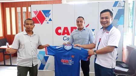 Perwakilan Carfix, Sigit (kanan) saat menyerahkan jersey kepada Ketua SIWO PWI Jateng, Erwin (kiri) dan disaksikan Ketua KONI Kota Semarang, Arnaz (Tengah). - INDOSPORT