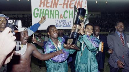Selebrasi Pantai Gading mengarak trofi juara Piala Afrika usai menekuk Ghana di laga final, 26 Januari 1992. - INDOSPORT