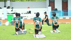 Indosport - Tim Persikabo lakuka variasi latihan dengan ikuti olahraga Yoga.