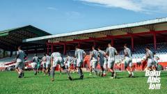 Indosport - Pemain Sulut United berlatih di lapangan.