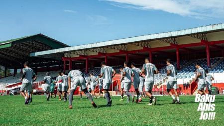 Pemain Sulut United berlatih di lapangan. - INDOSPORT