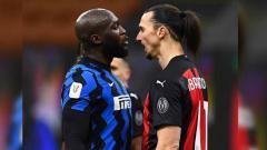 Indosport - Romelu Lukaku dari FC Internazionale bentrok dengan Zlatan Ibrahimovic dari AC Milan di Coppa Italia.