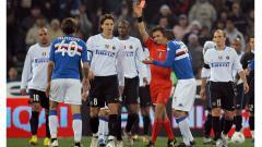 Indosport - Pemandangan cekcok pemain dengan wasit dalam pertandingan Serie A Italia antara Sampdoria vs Inter Milan, 28 Januari 2007.