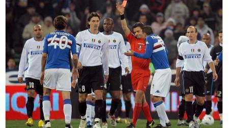 Pemandangan cekcok pemain dengan wasit dalam pertandingan Serie A Italia antara Sampdoria vs Inter Milan, 28 Januari 2007. - INDOSPORT