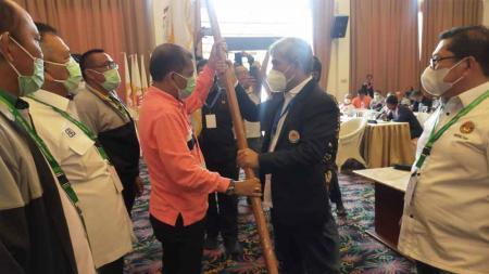 John Ismadi Lubis (kedua dari kanan), terpilih kembali menjadi Ketum KONI Sumut periode 2021-2025. - INDOSPORT