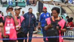 Indosport - Almarhum Aiptu Janadi (Topi Merah) bersama GM PSIS, Wahyoe Winarto pada laga PSIS vs Arema FC di tahun 2020.