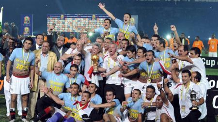 Selebrasi Mesir mengarak trofi juara Piala Afrika usai menekuk Ghana di laga final, 31 Januari 2010. - INDOSPORT