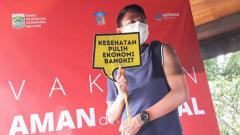 Indosport - Striker Arema FC, Dedik Setiawan, menjadi wakil atlet dalam vaksinasi yang digelar Pemkab Malang.