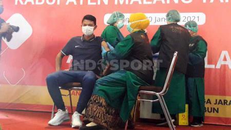 Striker Arema FC, Dedik Setiawan, menjadi wakil atlet dalam vaksinasi yang digelar Pemkab Malang. - INDOSPORT