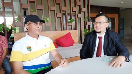 Wakil Direktur PT SOM, Hendri Zainuddin, bersama Bupati Musi Rawas, Hendra Gunawan. - INDOSPORT