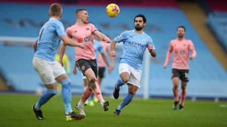 Ilkay Gundogan berduel dengan John Lundstram di laga Manchester City vs Sheffield United. - INDOSPORT