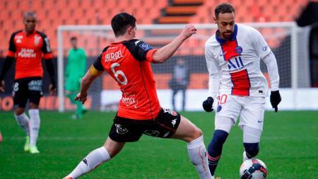 Neymar mencoba melewati lawan di laga Ligue 1 Prancis antara Lorient vs Paris Saint-Germain - INDOSPORT