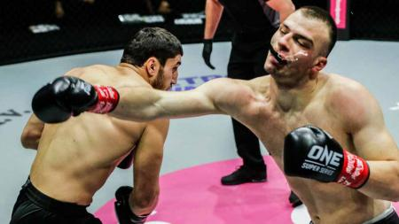 Petarung asal Rusia, Beybulat Isaev buat KO lawannya hanya dalam 82 detik di ONE Championship. - INDOSPORT