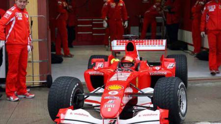 Valentino Rossi saat jajal mobil balap Ferrari tahun 2006. - INDOSPORT