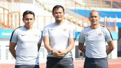 Indosport - Kurnia Sandy (tengah) diapit Bima Sakti dan Kurniawan Dwi Yulianto saat sama-sama bertugas di timnas Indonesia.