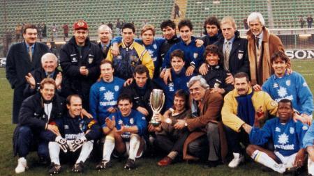 Segenap elemen Parma merayakan keberhasilan merengkuh Piala Super Eropa, 2 Februari 1994. - INDOSPORT